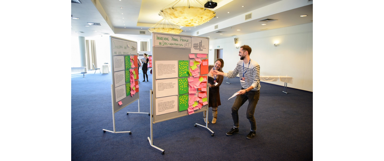 Výsledky Evropské konference mládeže v Lotyšsku. Fotografie z Agory nápadů-prezentace výstupů jednotlivých workshopů mezi sebou